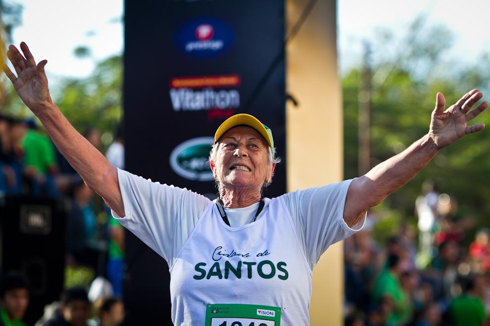 Una corredora de Portugal festeja su llegada a la meta después de una agotadora jornada en la calurosa mañana del domingo. (Tetsu Espósito)
