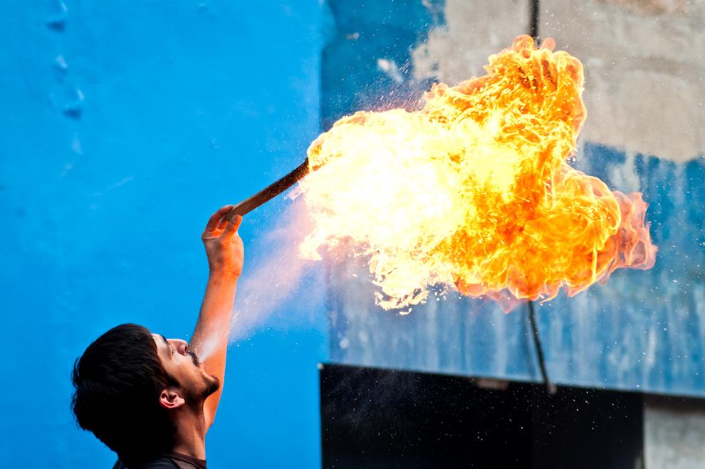 Un malabarista hace demostraciones de su talento con fuego durante las celebraciones por el día de la bandera el 14 de Agosto sobre la calle Palma. (Elton Núñez)