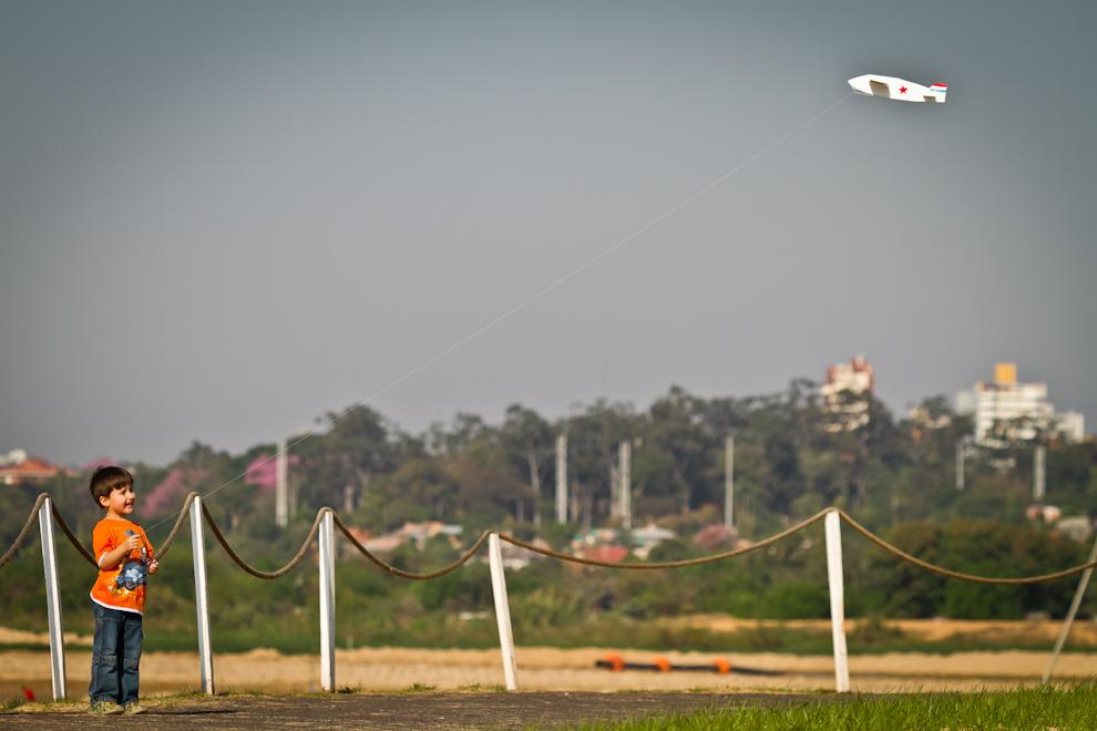 Un niño hacía volar su avioncito aprovechando la brisa en la calurosa tarde del lunes. (Tetsu Espósito)