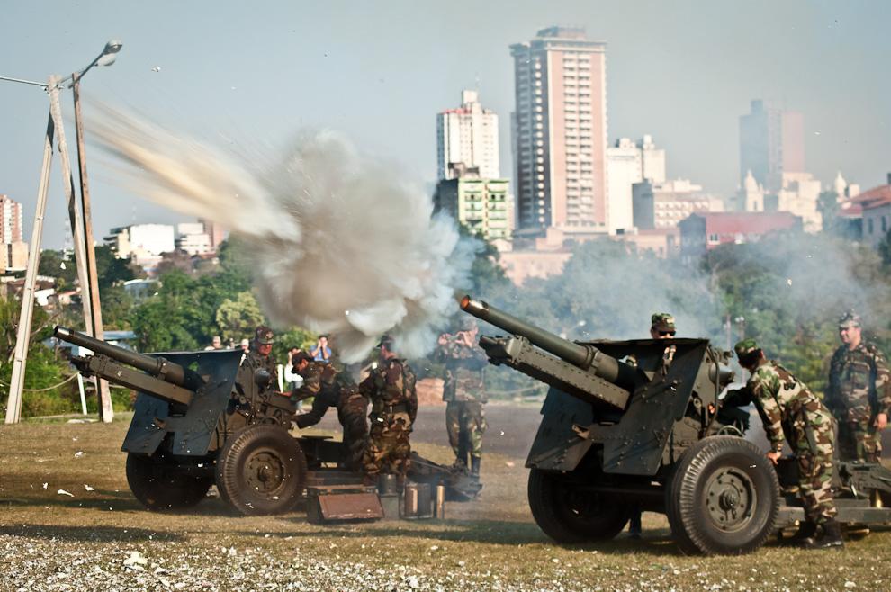 Dos cañones de nuestro ejército saludaron con 21 disparos la llegada de la imagen de Nuestra Señora de la Asunción a la catedral, durante una procesión en la tarde del 15 de Agosto. (Elton Núñez)