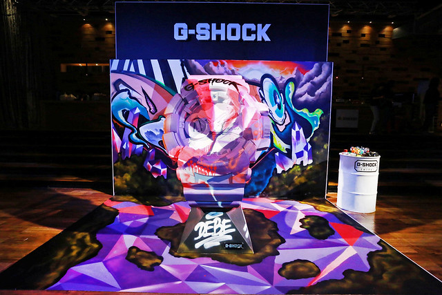 运动区则模拟街头涂鸦实景,摆放大型篮框,汽油桶及篮球,传递g-shock
