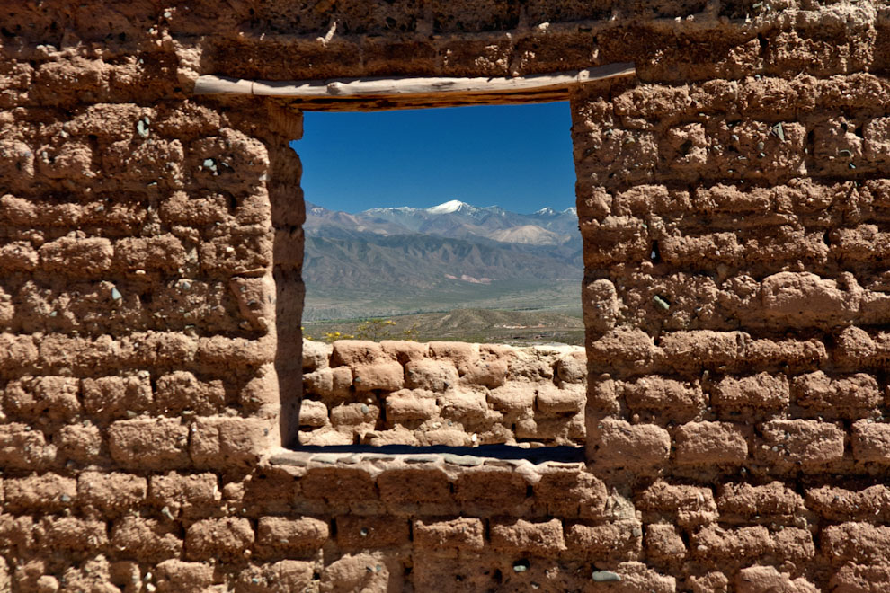 La cordillera de los Andes se vislumbra en una privilegiada vista desde la ventana de esta construcción primitiva, formada con adobe y madera a kilómetros de la ciudad de Cachi en Salta, Argentina. (Roberto Dam)