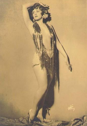 Dorothy Knapp, Earl Carroll showgirl
