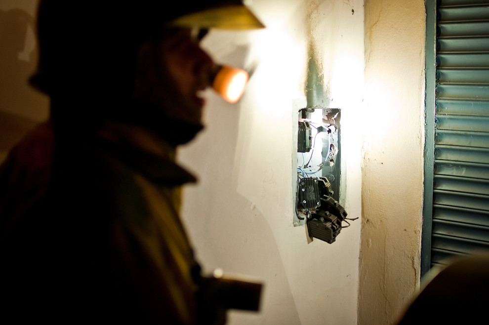 Los bomberos de Sajonia acudieron a la llamada de auxilio de una persona que reportó un principio de incendio en una casa del barrio cercano a la compañía. El incidente fue un cortocircuito producido en el tablero eléctrico de la casa. Los bomberos luego de asegurar que nadie haya salido herido y que la amenaza haya terminado recomendaron al dueño de casa una reparación de su instalación eléctrica por profesionales. Los bomberos toman en serio todas las llamadas, incluso si se tratara de un asunto que muchos calificarían como insignificante, siempre representa una obligación para los bomberos la prevención y la protección de su comunidad. (Elton Núñez).