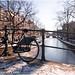 Bicicleta sobre el puente y canal helado