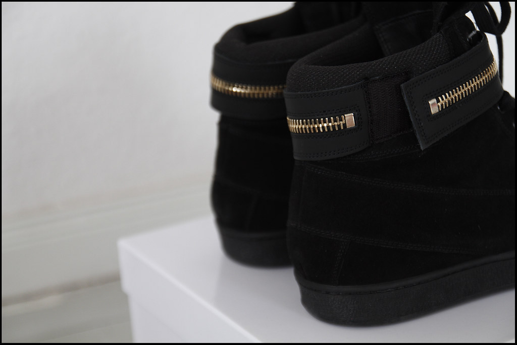 Tuukka13 - Holiday In Berlin - Black Givenchy High-Top Sneakers With Golden Zipper Strap - 3