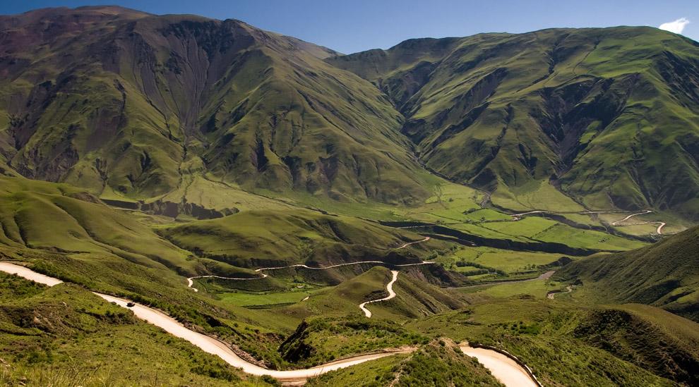 El serpeante camino que nos trajo hasta la cumbre, se contrasta con la verde vegetación del valle calchaquí. Cachi, Argentina. (Guillermo Morales)