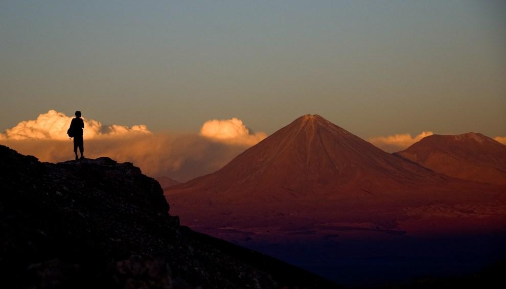 Volcanes, montañas y desierto; la escenografía ideal, para el mayor de los espectáculos geológicos. Desierto de Atacama, Chile. (Roberto Dam)