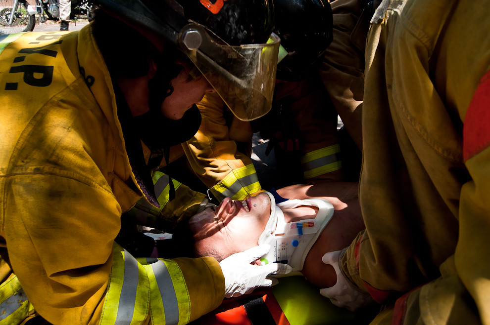 Un bombero voluntario estabiliza la cabeza de una víctima de accidente en motocicleta mientras sus camaradas lo depositan en una camilla para ser trasladado a un hospital cercano, el accidente se produjo en la zona cerca de la Armada Nacional en Sajonia el pasado 4 de marzo durante el mediodía. La víctima sufrió severos daños y la pronta intervención de los bomberos ayudó a que fuese atendido en el hospital a tiempo antes que se produzcan efectos dañinos a consecuencia de golpes internos. (Elton Núñez).