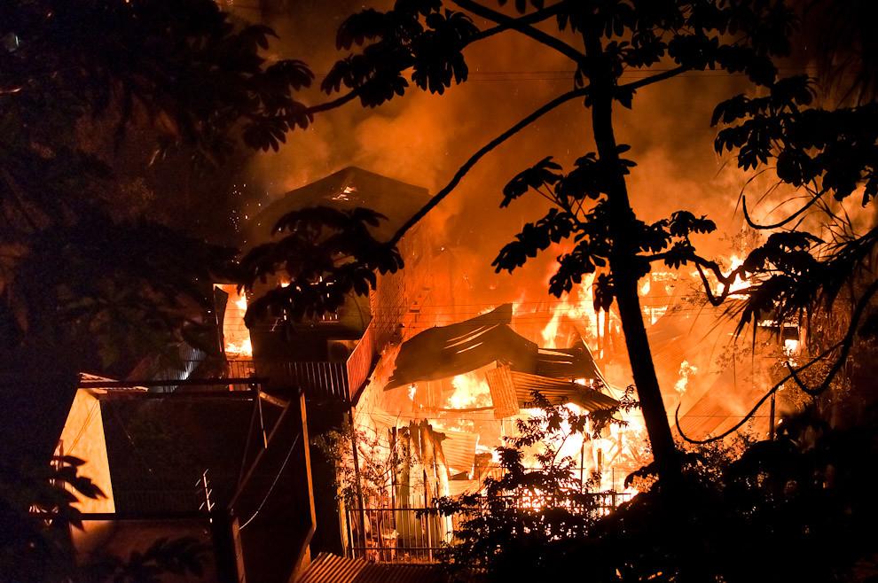 Un aterrador incendio ocurrió en el barrio de la Chacarita en la madrugada del 8 de marzo pasado. Los vecinos de la precaria vecindad vencidos por la enormidad de la situación depositaron todas sus esperanzas en los Bomberos. Las compañías que los rescataron de este gran incendio fueron la 3ra. compañía de Sajonia (primeros), el destacamento Mercado 4 y la 2da. compañía de Trinidad, además de la colaboración de los bomberos de la Federación (azules) y la Policía Nacional. Trabajaron juntos para evitar que el fuego no se extienda a las casas vecinas. (Elton Núñez).