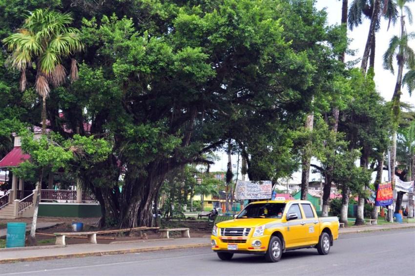 """""""El parque"""", es el epicentro del pueblo de Bocas del Toro, comercios, autobuses y Taxis hace que aquí esté el lugar con más vida de Isla Colón."""