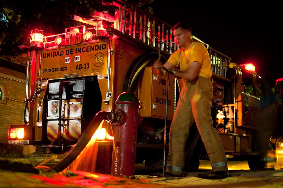 Luego de un servicio de extinción de incendio los bomberos voluntarios de la 3ra. compañía de Sajonia recurren al hidrante más cercano para recargar al móvil con agua. Los bomberos no permiten que en ningún momento le falte agua al móvil. (Elton Núñez).