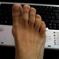 Nackter Fuß an Tastatur
