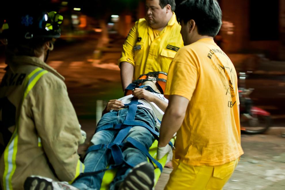 Un joven es llevado en camilla por los bomberos de Sajonia hasta la ambulancia en la que será trasladado al hospital de emergencias más cercano. El muchacho sufrió un accidente de tránsito a bordo de su motocicleta el pasado 18 de marzo a las 4 de la mañana aproximadamente. (Elton Núñez).