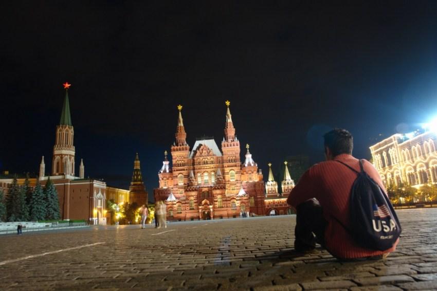Sentarse en la Plaza Roja por la noche, casi a solas y no sólo disfrutar del Museo de Historia (al fondo) sino de toda la historia que me rodea es una grata experiencia.