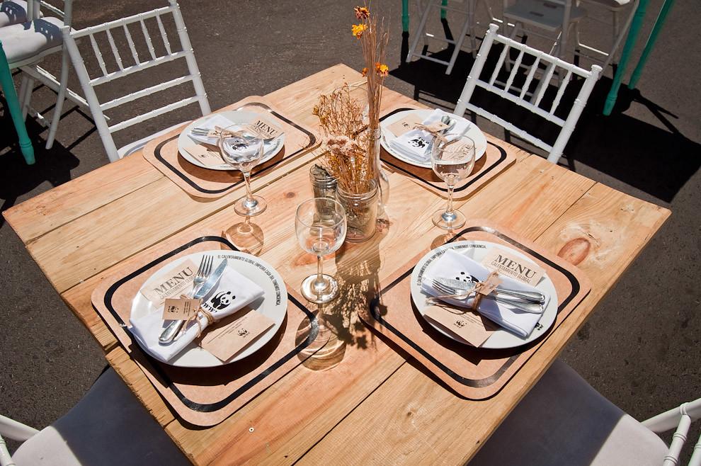 El comedor instalado en el medio de la calle está casi listo, mesas y sillas están depositadas intencionalmente bajo el sol, para que el comensal comprenda que es insoportable vivir sin árboles, sin ese bien de la naturaleza que nos da sombra. (Elton Núñez)