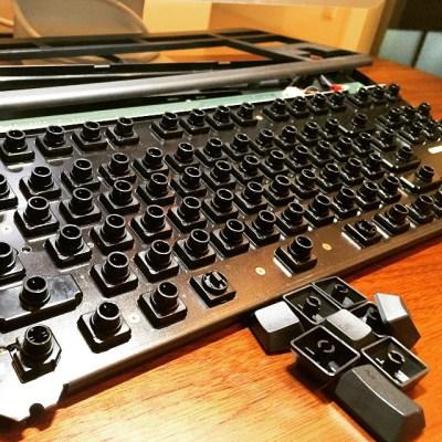 年末年始にできなかったことの一つが、キーボードの掃除。 メインPCで使ってるRealforceの土台から一つひとつキートップを外し、土台をきれいにして、キートップを洗濯。その後、取り出したキートップを一つづつ丁寧にはめ込んでいくんだけど、その過程は改めて自分が普段使ってるキーボードと、自分の指先に触れるキーと向き合う時間でもある。 「毎日打鍵してる自分は、果たしてキーにとって満足な打鍵をしてるのか」 自分が打ったキーは、それが電気に変換されて新しい何かを生み出していく。 自分が普段使うものだからこそ、時に