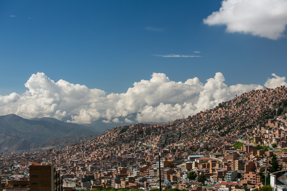 La Paz se sitúa en el centro de la ciudad, está rodeada por barrios que fueron construidos en las laderas periféricas dándole a la ciudad un aspecto de embudo. La mayoría de estos barrios fueron creados por la emigración interna que hubo a finales de los años 60 y principios de los 70. (Tetsu Espósito)