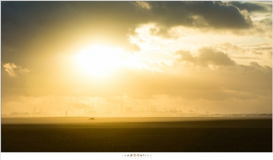 De zonsondergang en de industrie op de Maasvlakte