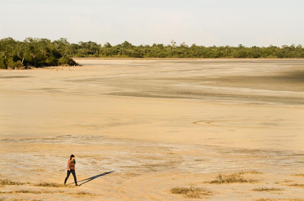 Una fracción de la Laguna Flamenco, en el complejo turístico de Chaco Lodge, totalmente seca por la falta de lluvias de la época más seca de la primavera chaqueña. A pesar de la falta de agua, la vista es impresionante y se encuentran diferentes tipos de caracoles y esqueletos de exóticos bichos. (Elton Núñez)
