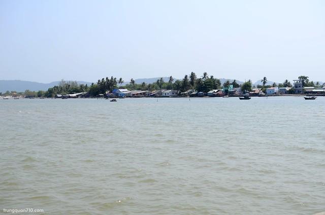 Hàm Ninh nhìn từ cầu cảng