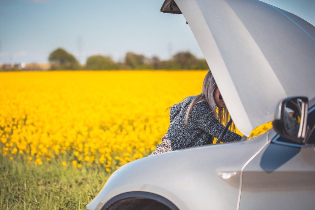 Imagen gratis de una chica con el capó del coche abierto