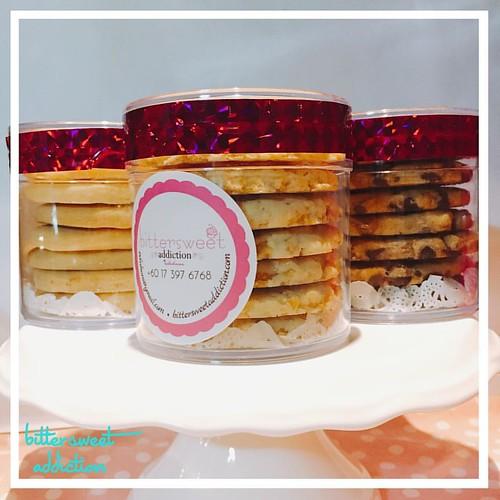 These lovelies are now available at @arrakaftanboutique - yay!! #cookies #biskutsedap #biskut #cornflakes #chocolatechipcookies #sekut #vendorkb #vendorkelantan #vendorkelantanwanted #boutiquecafe #kelantanfood #kelantanvendor #vendorwanted #premiumbakes