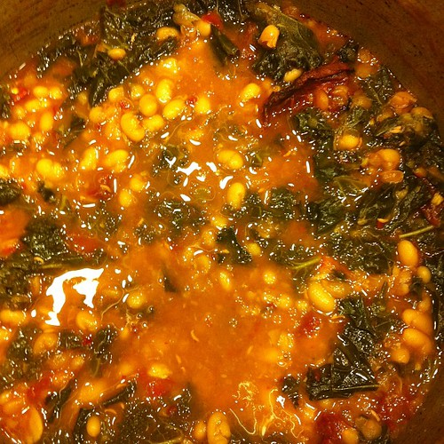 Detox dinner: white bean, kale and garlic soup