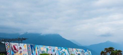【花蓮】。換上了藍色的布幕,這裡是看不到日落的花蓮海景『七星潭』