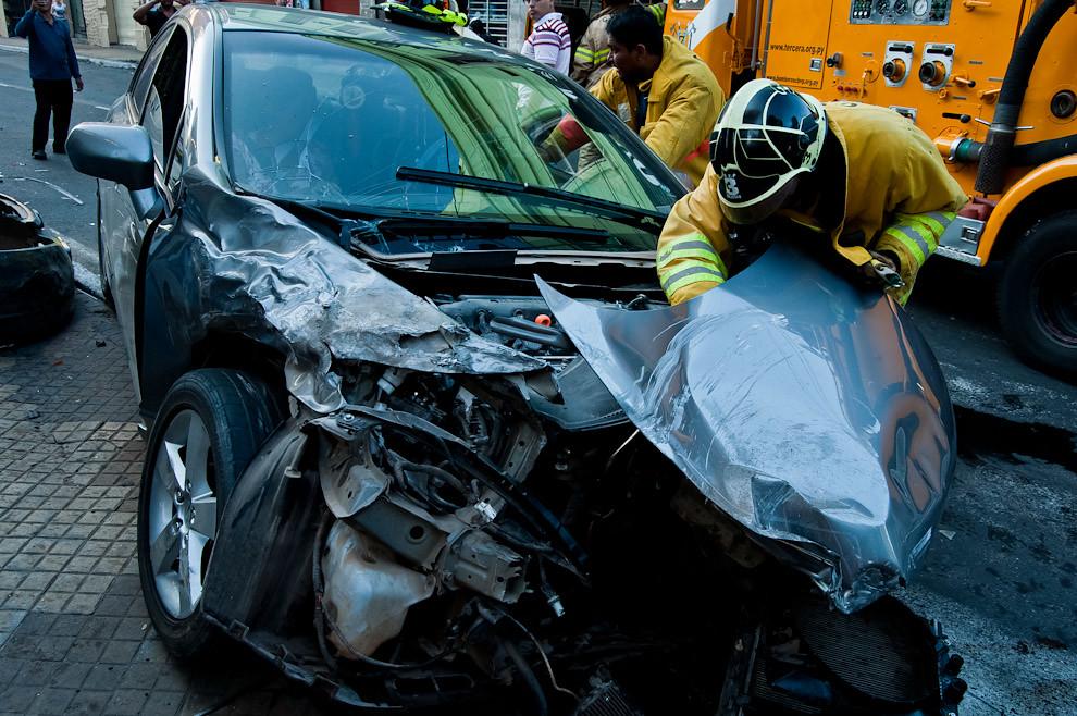 Un bombero de Sajonia desconecta la batería de un automóvil que colisionó violentamente contra un vehículo de transporte colectivo en el cruce de las calles 14 de mayo y Pte. Franco del centro de Asunción, afortunadamente no hubo víctimas y solo se registraron daños materiales más un buen susto por parte de los conductores. (Elton Núñez).