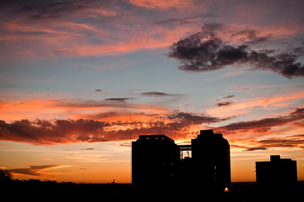"""La vista de un rojo atardecer de febrero desde la terraza de la 3ra. Compañía de Bomberos """"Sajonia"""". El Palacete del Poder Judicial se dibuja entre los trazados de nubes coloradas, escena que los bomberos de esta compañía tienen el privilegio de contemplar en cada tarde de guardia. (Elton Núñez)."""