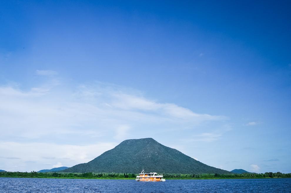 """El cerro """"Pan de Azucar"""" es visto mientras el crucero """"7 Cabrillas"""" avanza sobre el río Paraguay rumbo a Bahía negra, destino del emprendimiento denominado Fam Tour 2013. (Elton Núñez)"""