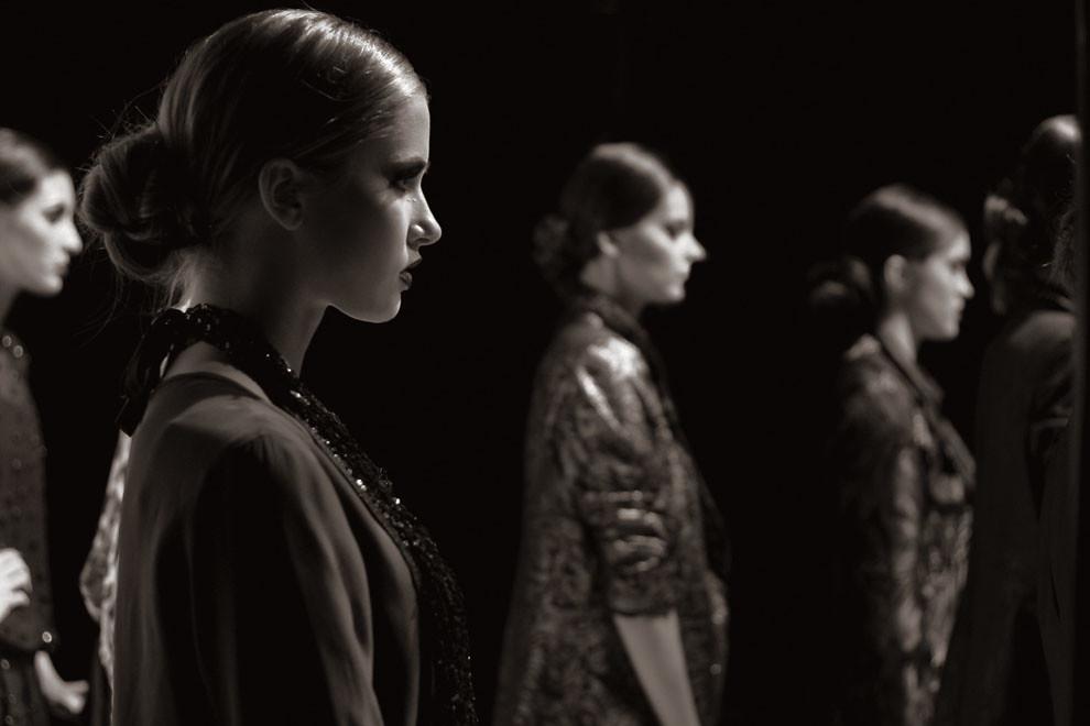 Listas para la pasarela, Priscila Gächter y las demás modelos se preparan para iniciar el desfile. (Guillermo Morales)
