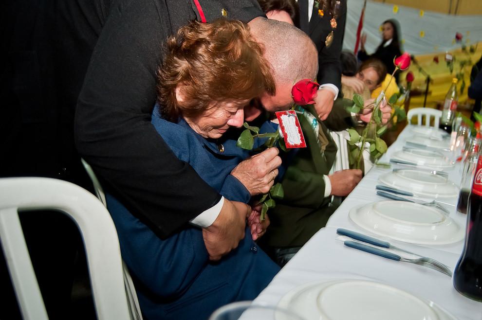 Una madre se conmueve al recibir el abrazo de su hijo. En el día de la madre, las mamás reciben una rosa por parte de sus hijos bomberos durante la cena de celebración a las madres en la sede del cuartel de Sajonia el pasado 13 de Mayo. Todos los años en la compañía se llevan a cabo eventos que reúnen a las familias para celebrar las fechas más importantes. (Elton Núñez).