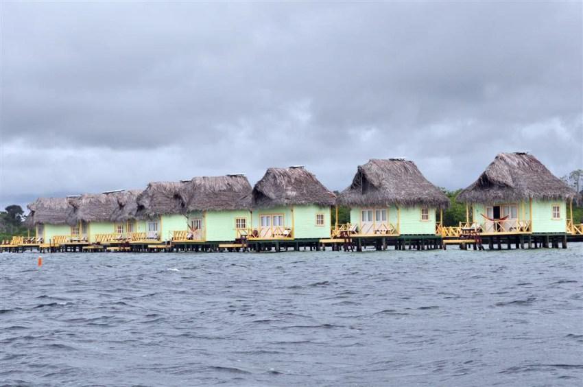 Famoso hotel Punta Caracol, sobre el agua en cabañas individuales, en directo pierde mucho.
