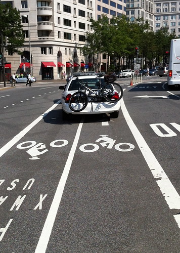 USPP bike cop blocking Penn Ave bike lanes