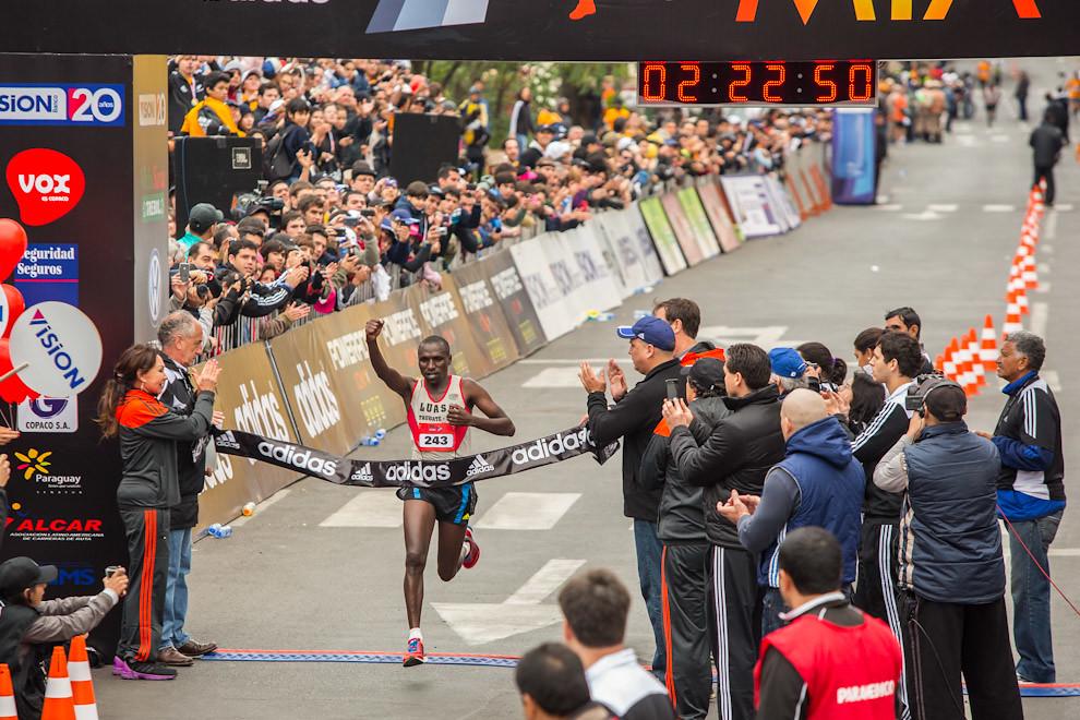 Ben Kiplimo Mutai de Kenia, con 2:22,50 se llevó el primer lugar entre los caballeros, escoltado por su compatriota James Cheboi con una marca de2:23,22. Completó el podio el etíope Alemayehu Megash con 2:24,30 (Tetsu Espósito)