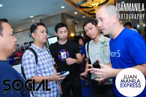 Gerry Soler entertained questions from influential tech bloggers who came to witness the debut of the iPhone 5 at Globe Telepark Valero.