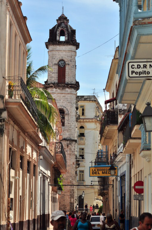 La bodeguita del Medio es uno de los grandes lugares turísticos de la ciudad, por donde han pasado numerosos visitantes, desde escritores a políticos. Todos ellos dejan su huella en el local mediante algún recuerdo, fotos, objetos o grafitis en sus paredes.