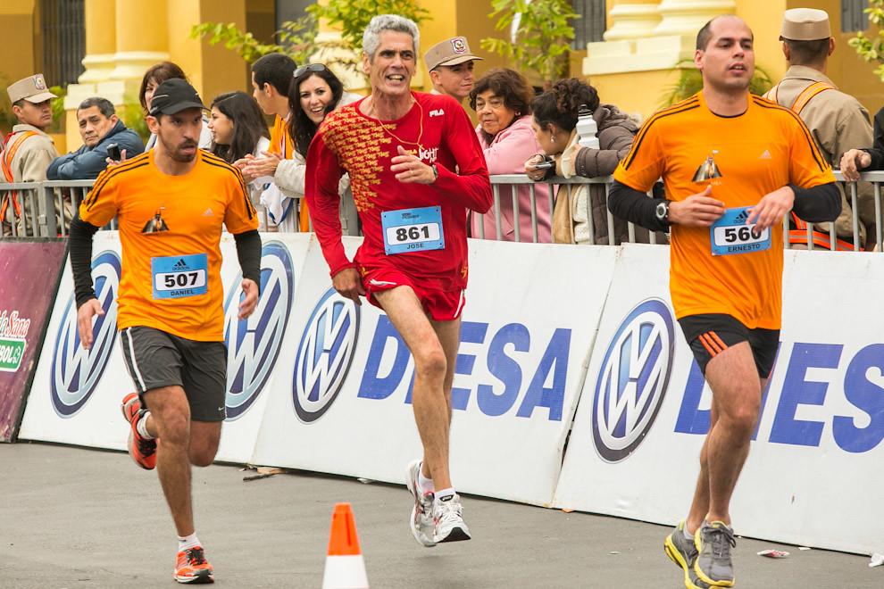 Un corredor en la recta final antes de llegar a la meta, se adelanta velozmente a otros competidores. (Tetsu Espósito)