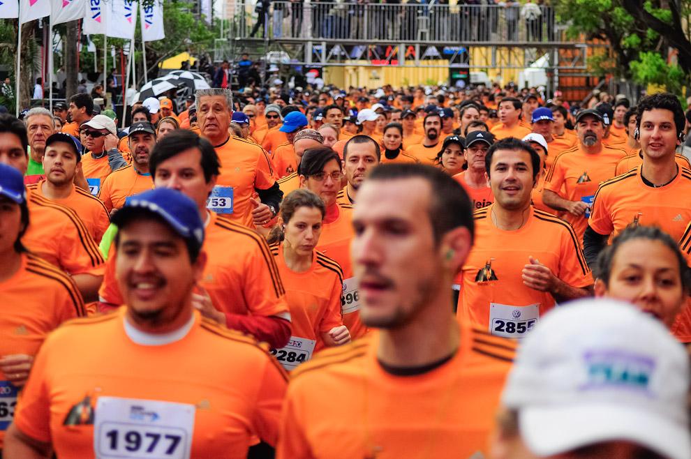 Los competidores de distintas categorías salen juntos desde el punto de inicio vistiendo el uniforme oficial de la edición 2012 del M.I.A. de color naranja y rayas negras. (Elton Núñez)