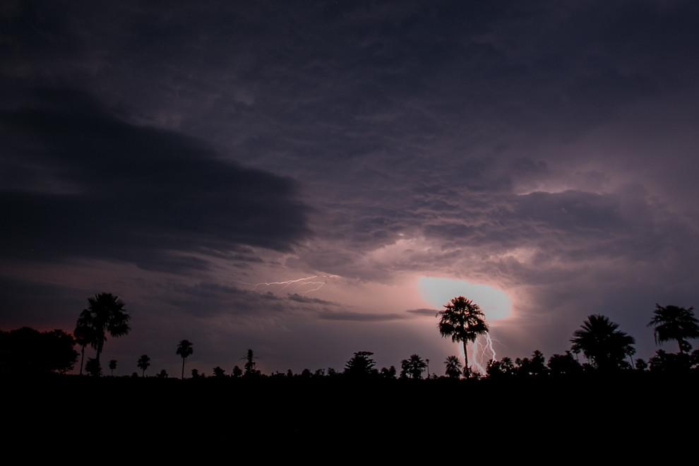 Una tormenta de grandes proporciones con rayos y relámpagos podía verse viniendo a lo lejos desde las inmediaciones de la reserva. (Tetsu Espósito)