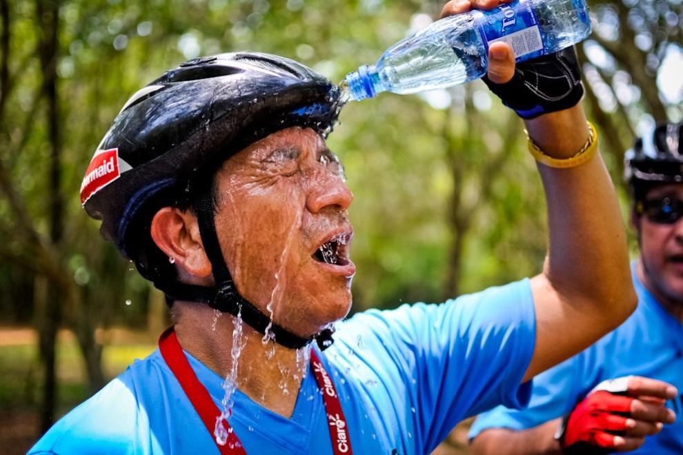 El excesivo calor, más la intensa humedad, obligaba a los competidores a hidratarse y refrescarse constantemente, este tipo de pruebas, a pesar de denominarse pruebas livianas, son muy intensas cuando hace calor, se corre el riesgo de descompensación y desmayo si no se consume mucha agua y minerales. (Elton Núñez)