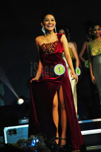 Candidate no. 1 flashes her smile as she wore a perfectly fit red gown.