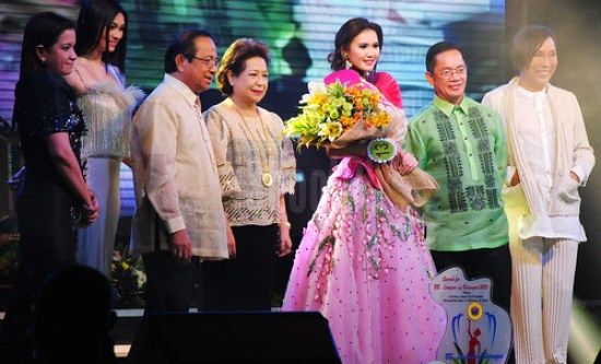 Bb. Lungsod ng Batangas 2013 Mary Mariel Dedicatoria (center) with Batangas City Mayor Vilma Dimacuha (4th from left), Ed DImacuha (3rd from left), Renee Salud (right end), Emma Tiglao (2nd from left), and two more judges from the pageant last January 15, 2013.