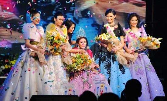 Bb. Lungsod ng Batangas 2012 Jeanne Janiza B. Delgado crowns Bb. Lungsod ng Batangas 2013 Mary Mariel Dedicatoria.