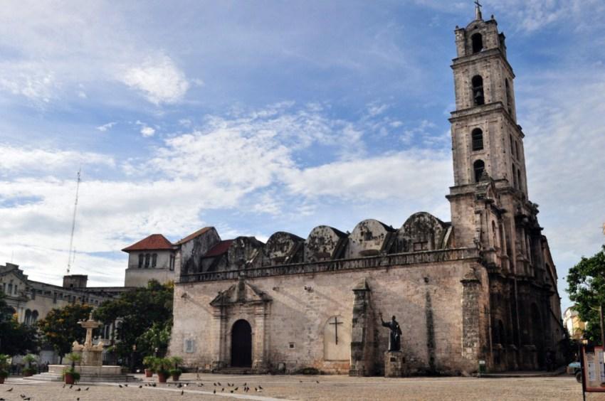 Iglesia y Convento de San Francisco de Asis en la Plaza del mismo nombre, legado Colonial español.