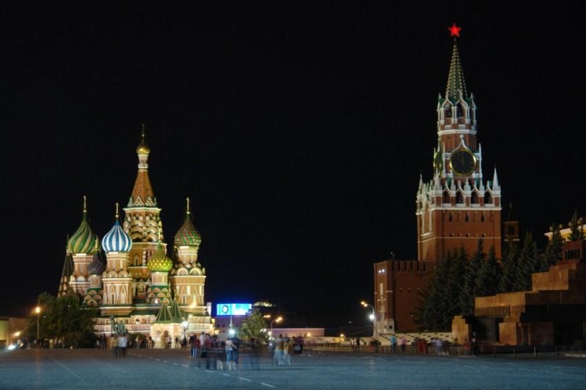 La iluminación nocturna de la Plaza Roja da un color especial al lugar