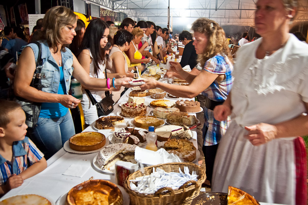El público se acerca a comprar postres ofrecidos por las mujeres del Club Alemán de Colonia Independencia durante la fiesta de la cerveza edición 2012 de esta ciudad. (Elton Núñez)