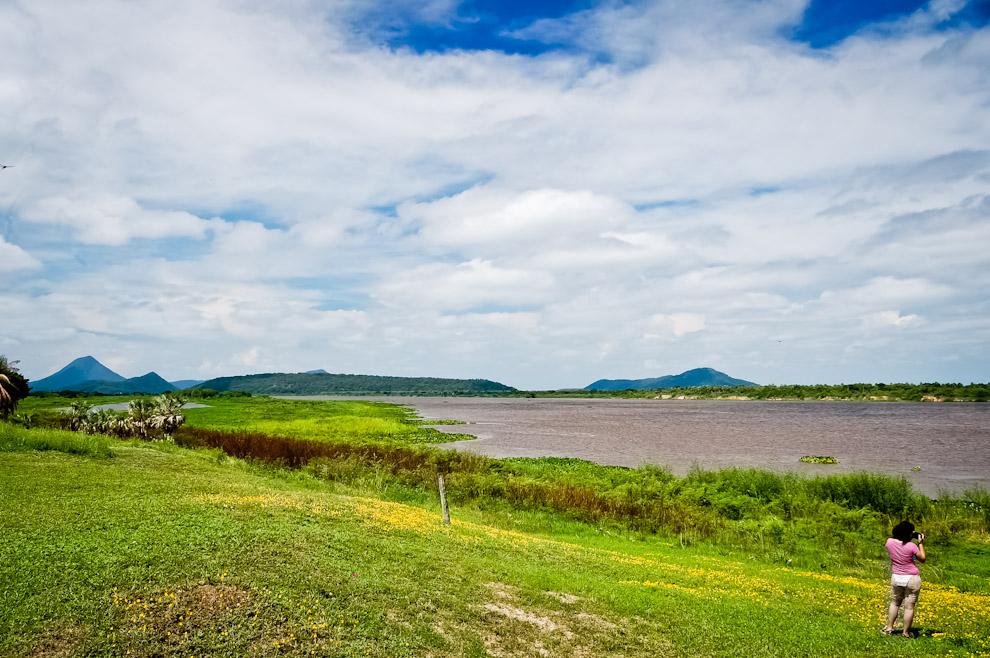 """En la zona de Puerto Yakaré, paramos para realizar expedición y registro de especies, recorrimos con lancha la Laguna Jaguareté frente al Río y pudimos contemplar el cerro identificado como """"Pan de Azúcar"""" del lado brasilero. (Elton Núñez)"""